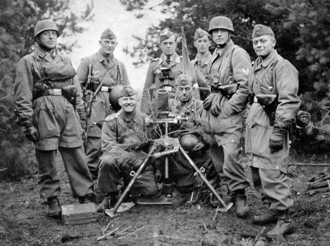 Statetzny (far left) and his airborne mortar crew photographed in October 1940 at the training area of the Lüneburg Heath.
