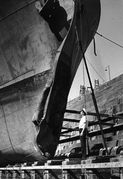 sinking Japanese submarine I-1