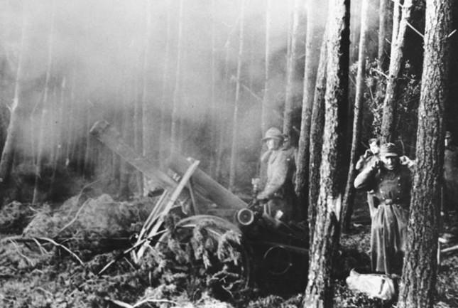 Scherl: Schwere Infanteriegesch¸tze im Wald von H¸rtgen bei der Abwehr eines der zahllosen nordamerikanischen Angriffe PK-Kriegsberichter J‰ger