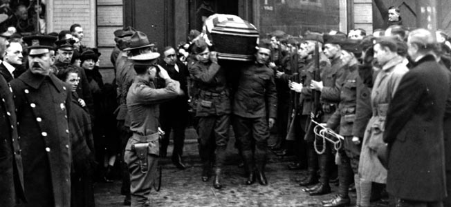 The body of Monk Eastman passes through an honor guard, December 1920