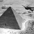 USAAF_C-47_flies_over_the_Giza_pyramids_1943