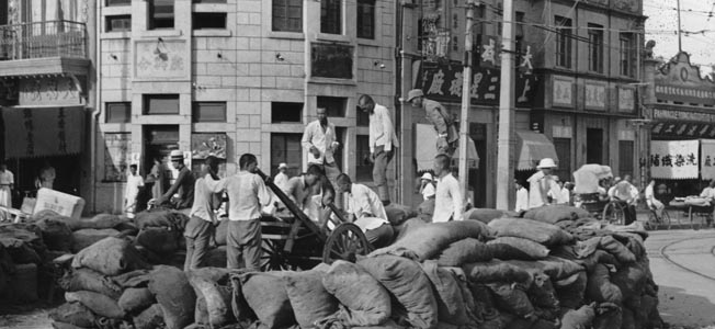 ABOVE: After the fighting at the Marco Polo Bridge, Chinese soldiers of the 29th Army set up makeshift defenses in the streets of Beijing (Beiping).