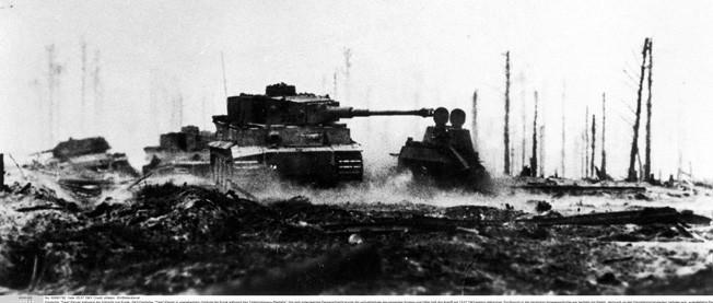 """Deutsche """"Tiger""""-Panzer in sowjetischem GelÑnde bei Kursk wÑhrend des """"Unternehmens Zitadelle"""". Die sich entwickelnde Panzerschlacht wurde die verlustreichste des gesamten Krieges und Hitler lie· den Angriff am 13.07.1943 sieglos abbrechen. Ein Novum in der deutschen Kriegsgeschichte war benfalls ein Befehl, demnach es den Panzerkommandanten verboten war, ausgefallene Panzerwagen abzudecken und die Besatzung zu retten, damit keine Zeit fÅr weitere Angriffe verloren ging."""