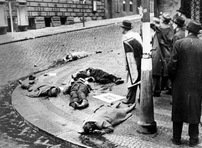 9TS-1945-5-5-A1-2  Prager Aufstand,Mai 1945/Erschossene...  2. Weltkrieg / Tschechoslowakei. Aufstand tschechischer Nationalisten in Prag gegen die deutsche Besatzung, ab 5. Mai 1945. - Erschossene Widerstandskaempfer.- Foto.  E:  Prague Uprising May 1945 / Shot Resist.  World War II / Czechoslovakia. Uprising of Czech nationalists in Prague against German occupation, from 5th May 1945. - Shot members of the resistance move- ment. - Photo.