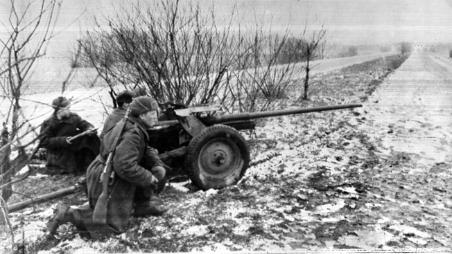 As the Red Army advanced westward in March 1945, Soviet troops were sometimes required to pause and deploy their weapons against pockets of German resistance.