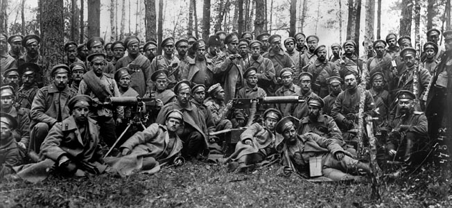 russian-soldiers-before-the-attack-1916-wwi-bw